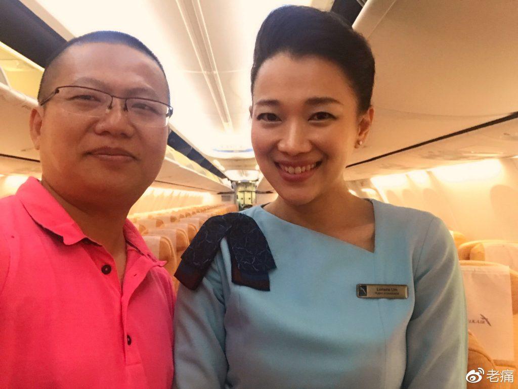 SilkAir 上美丽的空姐。她是马来籍华裔。(请忽略她身边的猪头)